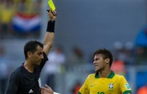 neymar-prend-son-jaune-lors-du-match-contre-l-italie