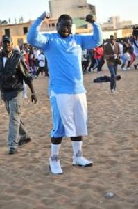 Lutte s n gal eumeu s ne envoie son entra neur l for Interieur sport lutte senegalaise