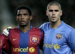 Barcelona's Samel Eto'o and his team mate goalkeeper Victor Valdes poses before the match against Deportivo in their Spanish first division soccer match at Nou Camp