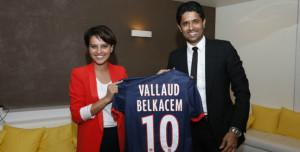 Najat-Vallaud-Belkacem-pose-avec-Nasser-Al-Khalaifi-et-un-maillot-du-PSG_w647