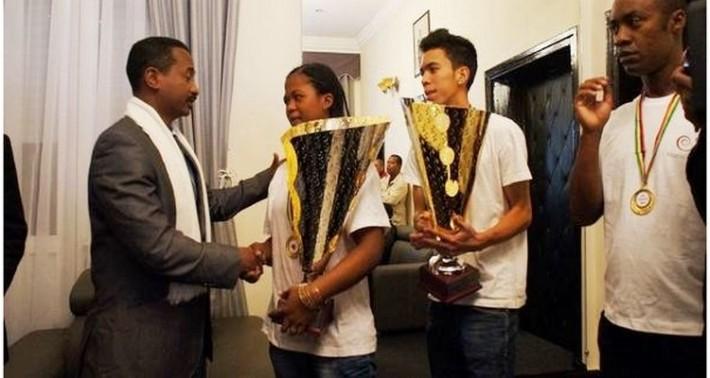 les équipes malgaches de hand u20 vainqueurs du challenge trophy recues par le ministre Jean Anicet Andriamosarisoa
