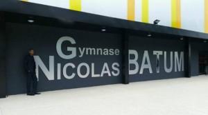 nicolas batum posant devant le gymnase qui porte son nom