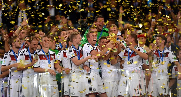 Pendant la f te la mannschaft a cass le troph e de la coupe du monde africa top sports - Coupe du monde de basket 2014 ...