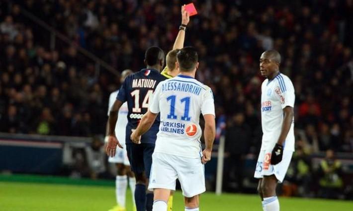 Clément Turpin brandit le carton rouge a Gianneli Imbula_PSG vs OM