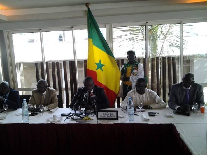 le_ministre_des_sports_entouré_de_son_staff
