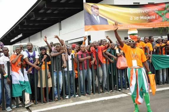 *** Local Caption *** Les supports de l'équipe  de la Cote d'Ivoire saluant les joueurs ivoiriens à leur  arrivée  à l'aéroport Leon Mba de Libreville, en prélude du match aller Gabon-Cote d'Ivoire comptant pour les  éliminatoires de la CAN 2017.