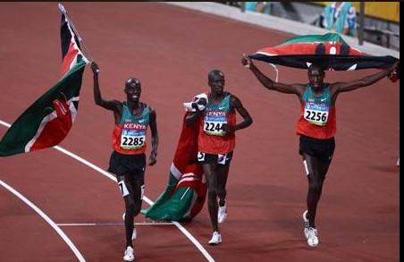 ezekiel kemboi en or sur un podium kenyan au mondiaux de pekin au 3000 steeple