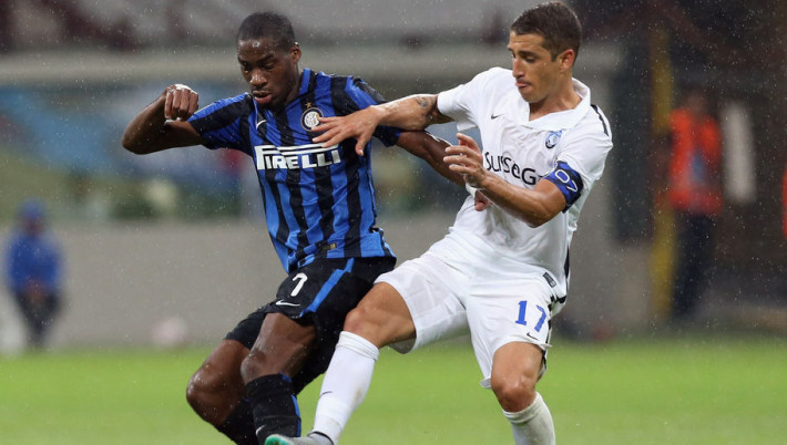 MILAN, ITALY - AUGUST 23:  Geoffrey Kondogbia (L) of Inter competes for the ball with Carlos Carmona of Atalanta during the Serie A match between FC Internazionale Milano and Atalanta BC at Stadio Giuseppe Meazza on August 23, 2015 in Milan, Italy.  (Photo by Maurizio Lagana/Getty Images)