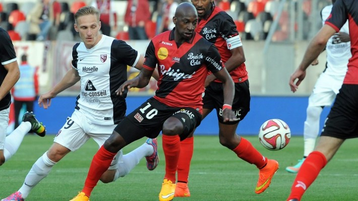Guingamp's French Mauritanian midfielder Younousse Sankhare (R) challenges Metz's Belarussian midfielder Sergei Krivets during the French L1 football match between Guingamp and Metz at the Roudourou stadium in Guingamp, western France, on September 24, 2014.  AFP PHOTO / FRED TANNEAU        (Photo credit should read FRED TANNEAU/AFP/Getty Images)