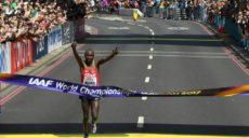 le-kenyan-geoffrey-kipkorir-kirui-franchit-en-vainqueur-la-ligne-d-arrivee-du