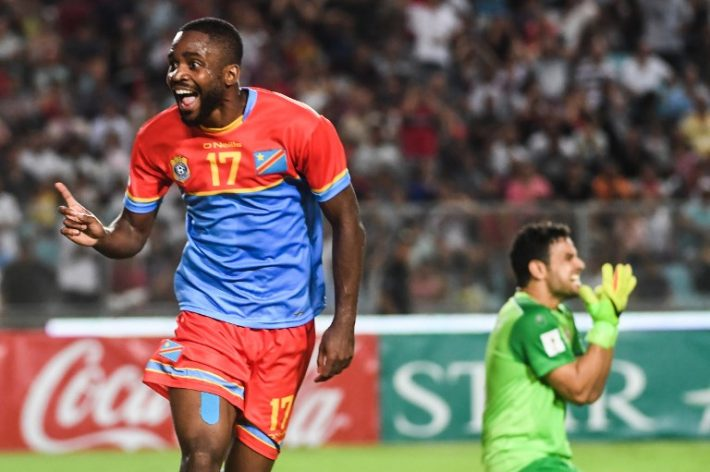 RD Congo's striker Cedric Bakambu (L) jubilates after scoring against Tunisia during the World Cup 2018 qualifying football match between Tunisia and Congo on September 1, 2017 at the Rades Olympic Stadium in Tunis. / AFP PHOTO / FETHI BELAID