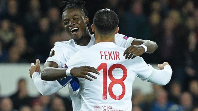 Lyon's French striker Nabil Fekir (R) celebrates with Lyon's Burkinabe striker Bertrand Traore after scoring the opening goal from the penalty spot during the UEFA Europa League Group E match between Everton and Lyon at Goodison Park, in Liverpool on October 19, 2017. / AFP PHOTO / Oli SCARFF