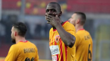 BENEVENTO, ITALY - FEBRUARY 18: Cheick DiabatË of Benevento Calcio celebrates after scoring the 3-2 goal during the serie A match between Benevento Calcio and FC Crotone at Stadio Ciro Vigorito on February 18, 2018 in Benevento, Italy. (Photo by Francesco Pecoraro/Getty Images)