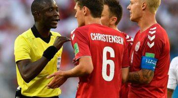 Dänemarks Kjaer (r) und Christensen diskutieren mit Schiedsrichter Bakary Gassama die Elfmeterentscheidung. Foto: Martin Meissner/AP
