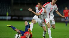 Chile'Äôs Angel Sagal in action with Serbia'Äôs Nemanja Matic