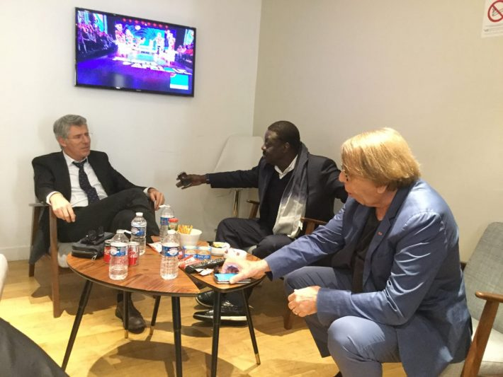 De gauche à droite: Philippe Doucet, Pape Diouf et Claude Le Roy en pleine discussion.