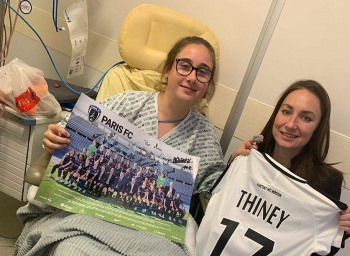 Seniors District D1 (94) - Quand la Présidente du Paris FC et Gaetane Thiney rendent visite à une jeune joueuse du club blessée